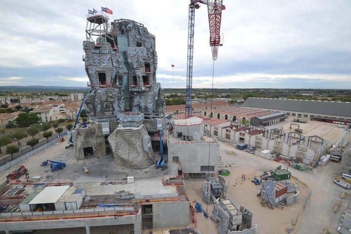 Le chantier de la tour de la Fondation Luma conçue par Frank Gehry