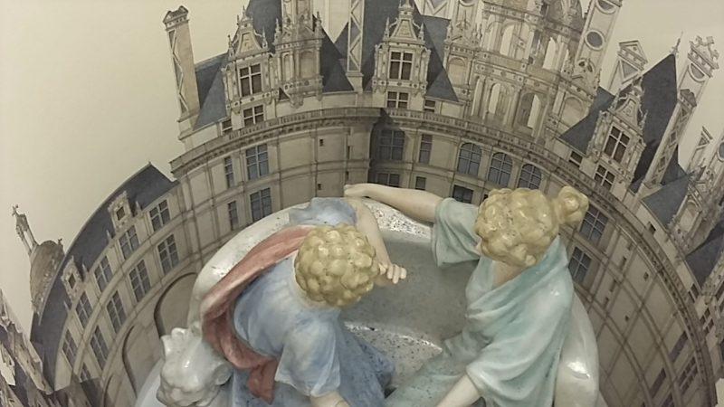 Muse Démodée, Ben Patterson, 2014. Couple en porcelaine et gravure du Château de Chambord