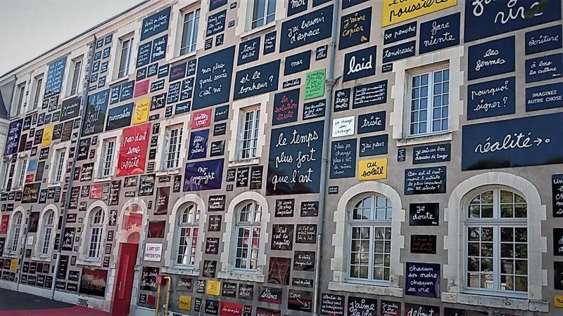 Le Mur des Mots de Ben, entrée principale vers la Fondation du Doute, dans la cour principale, Blois.