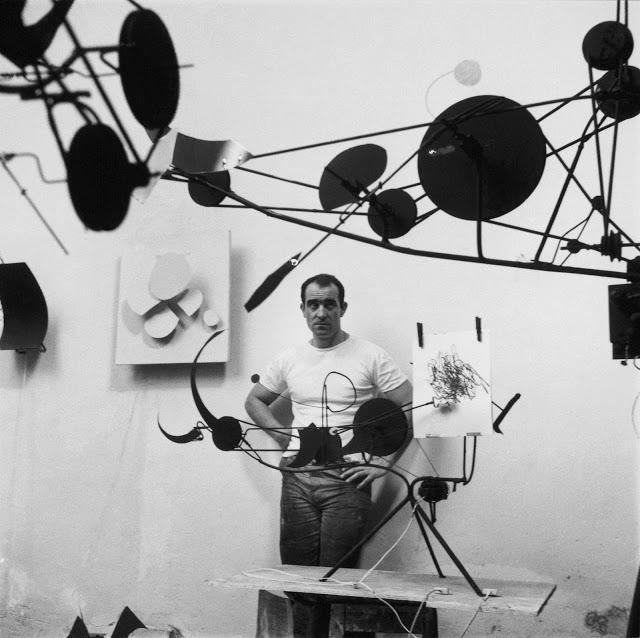 Jean Tinguely devant une des ses machines à dessiner : Méta-matic n°8. Photographie originale de Leonardo Bezzola -Jean Tinguely 1960 -.