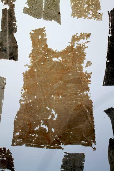 Cécile Borne, Les dentelles, la maille dessine de drôles de motifs en vieillissant, ici le fer à repasser a laissé ses traces. © Coline Jacquet