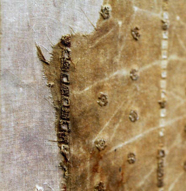 Oeuvre de Cécile Borne. l'artiste s'intéresse au détail, aux coutures, au tissu qui s'effile. © Coline Jacquet