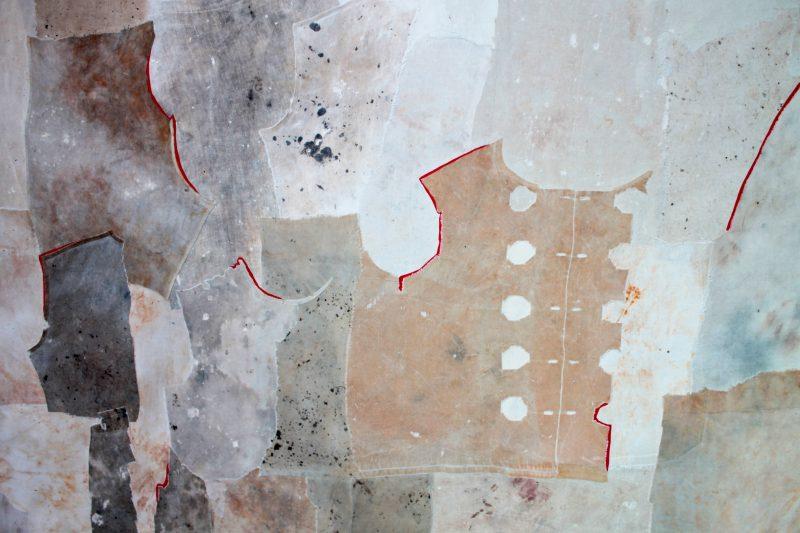 Cécile Borne. Assemblage et compositions des tissus comme des patrons, dont la couture est soulignée. © Coline Jacquet
