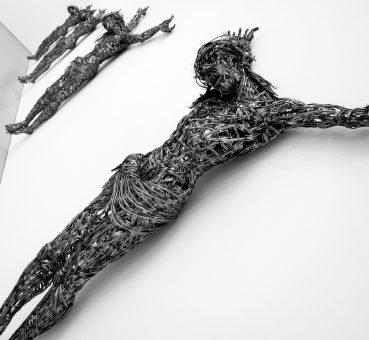 Adel Abdessemed, Décor, Oeuvre présentée à côté du Retable d'Issenheim d'avril à septembre 2012, Musée d'Unterlinden, Colmar.