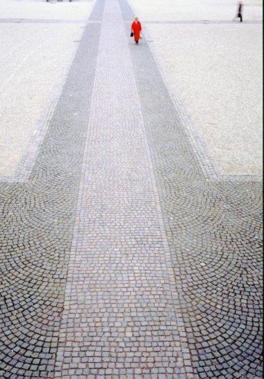 Chaque pavé descellé est ensuite remis en place, face contre terre, d'où le nom de l'installation : Le Monument Invisible.