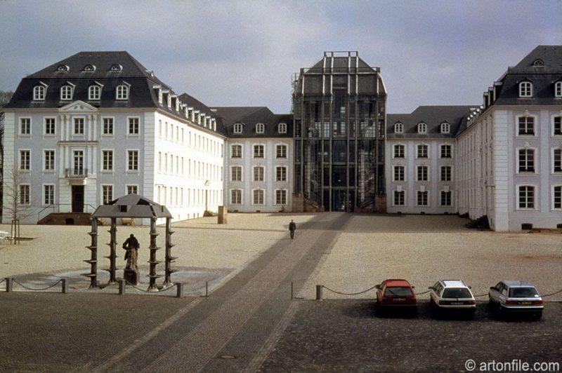 Vue sur la ligne droite pavée de la place devant le château de Sarrebrück, ancien quartier général de la Gestapo et aujourd'hui siège du parlement régional