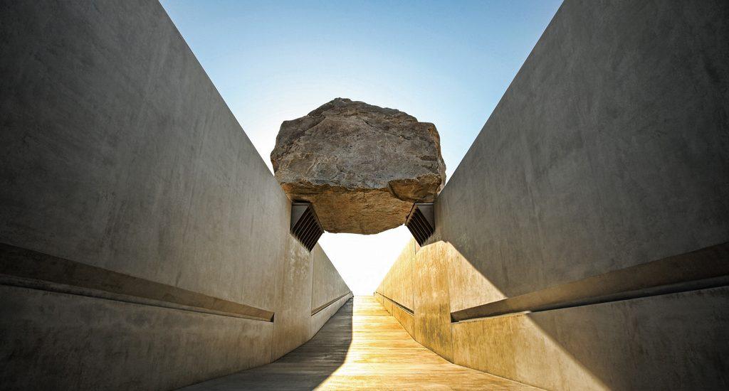 Levitated Mass, installation Michael Heizer, 2001-2012.