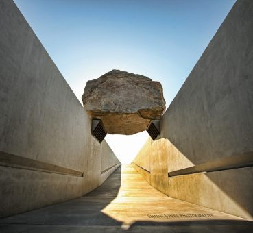 Levitated Mass, installation Michael Heizer, 2001-2012.