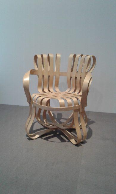 Frank Gehry, Fauteuil cross check. 1992. Fauteuil avec accoudoirs lamellés d'érable blanc cintré vernis naturel, colle extra-forte, piétement équipé de patins translucides.
