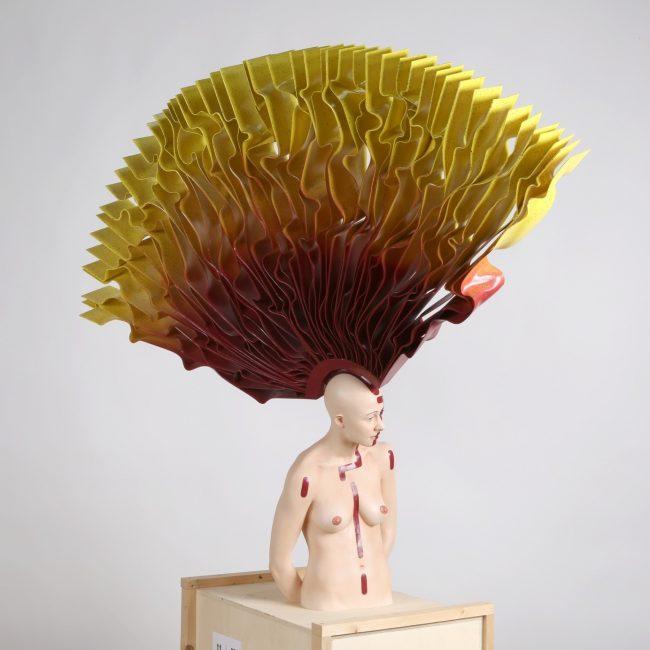 Adélaïde, résine polyuréthane, matériaux mixtes, peinture à l'huile et acrylique, Hauteur : 1,30 m.