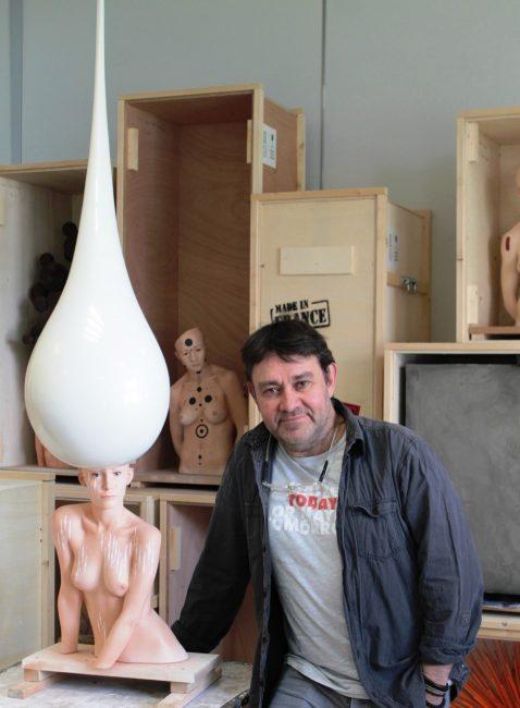 L'artiste Stéphane Barret dans son atelier, au milieu de ses œuvres « en boîte ». Photographie ©Coline Jacquet.