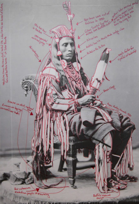 Wendy Red Star, Peelatchiwaaxpáash / Medicine Crow (Raven). Manipulation digitale de l'artiste sur la base d'une photographie historique de C.M. (Charles Milton) Bell, National Anthropological Archives, Smithsonian Institution.