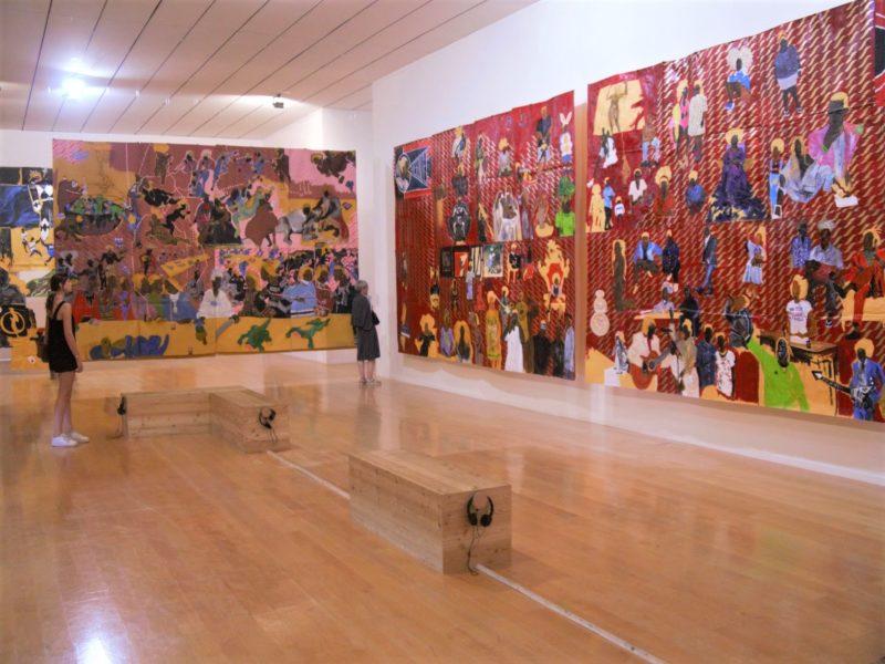 Vue de l'exposition Pardo é Papel de l'artiste Maxwell Alexandre au Mac Lyon, 2019.