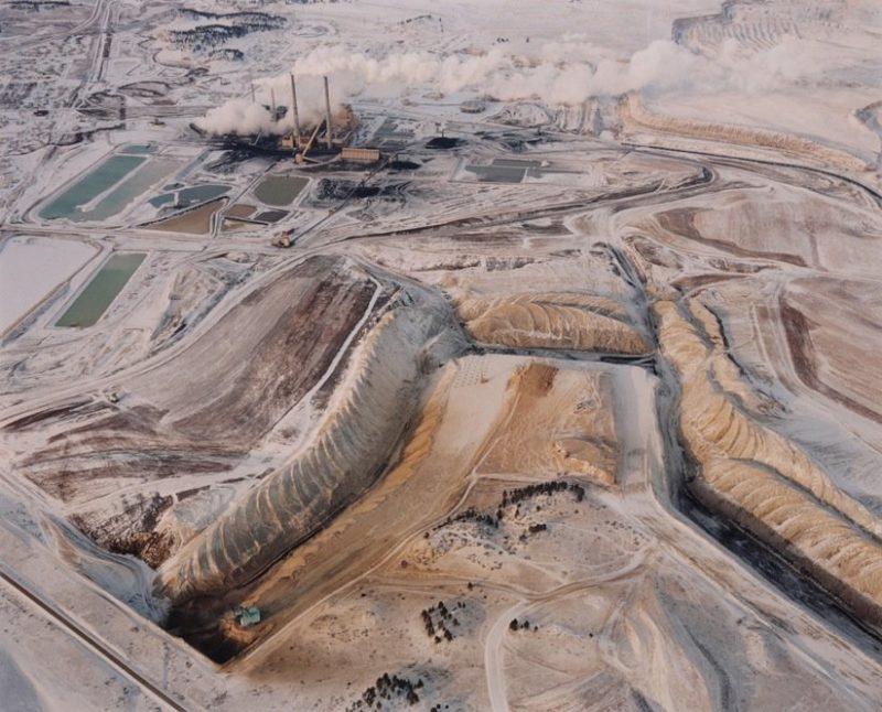 Mine à ciel ouvert, centrale électrique et bassins à déchets, 1984. Photographie de David T. Hanson