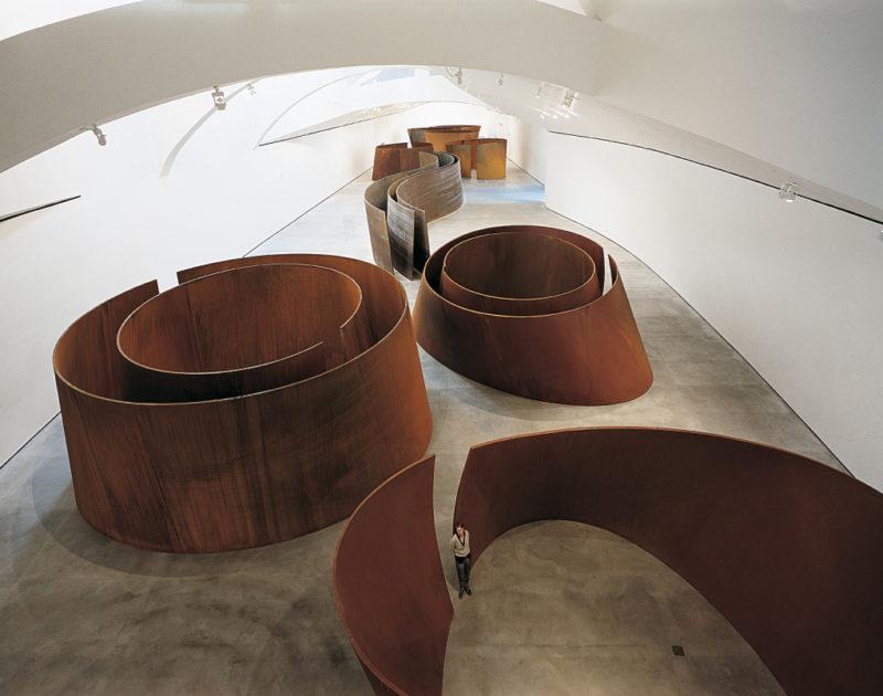 Vue de l'installation des sculptures de Richard Serra au Musée Guggenheim de Bilbao en 1999.