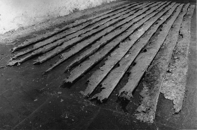 Richard Serra, Casting, 1969. Oeuvre en plomb, installée au Whitney Museum of American Art (New-York) puis détruite