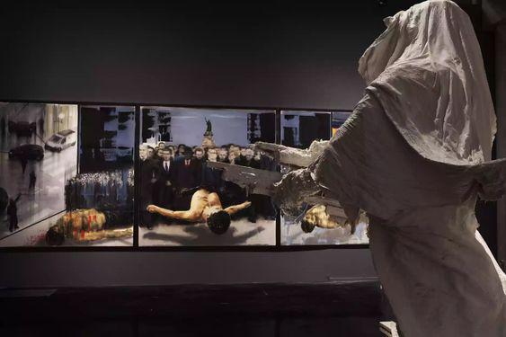 Stéphane Pencréac'h, la sculpture Le Cavalier se tient face au tryptique Paris (11 janvier 2015).