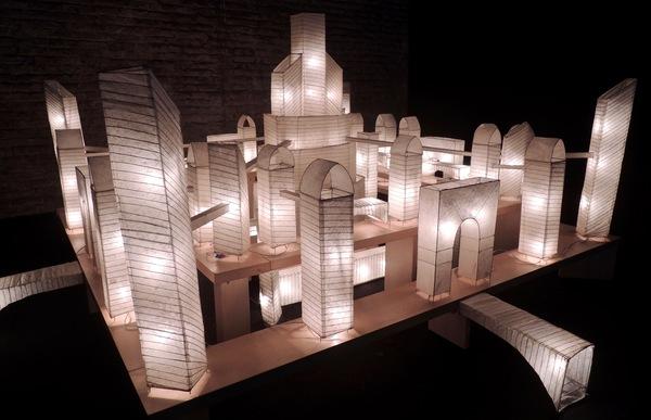 La photographie d'art au MoMA : 1999-2008. Carlos Garaicoa, No way out, 2002, installation. Table de bois, fil métallique et lampes en papier de riz.