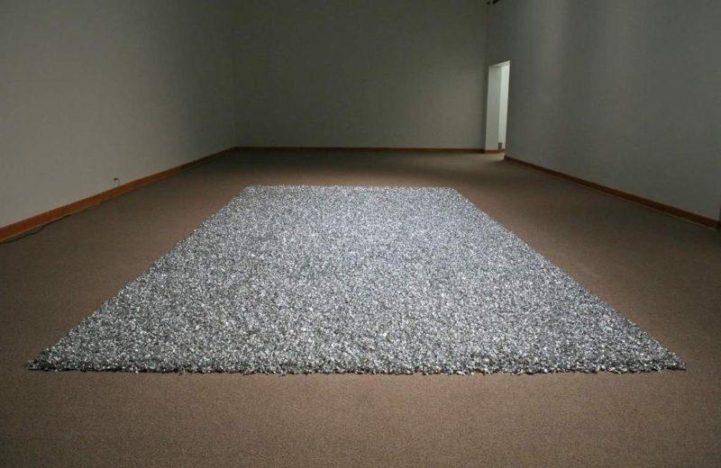 """FélixGonzalez-Torres, """"Untitled"""" (Placebo), 1991. Bonbons emballés dans du papier cellophane argenté"""
