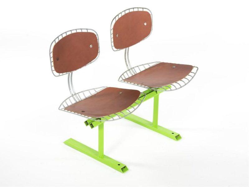 Banc 2 assises en treillis métalliques électro-galvanisé, piètement traineau en métal laqué vert de la série Treillis. Coussins d'assise et de dossiers en cuir épais fauve. Design Michel Cadestin pour l'aménagement du Centre Pompidou, TEDA Diffusion, vers 1974