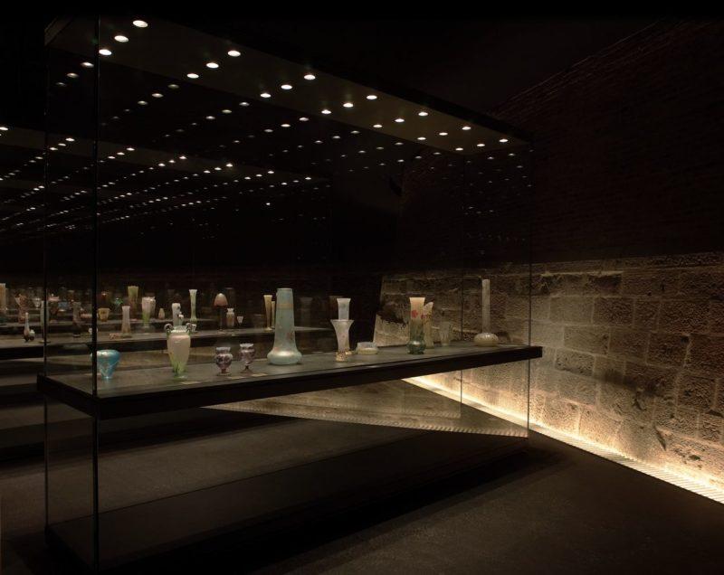 La collection DAUM est présentée dans les 600 m2 du sous-sol du musée, autour des vestiges des fortifications de l'imposant bastion d'Haussonville