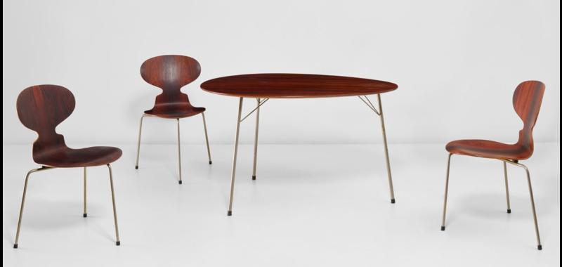 Vente aux enchères Nordic Design chez Phillips Auctions, 3 chaises « Fourmi », modèle n°3100 et Table « Egg », modèle n°3603, design Arne Jacobsen, 1952-1953 pour Fritz Hansen.