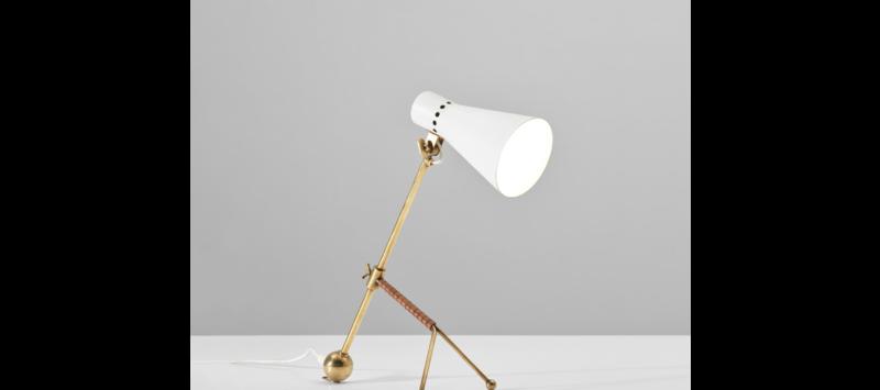 Vente aux enchères Nordic Design chez Phillips Auctions, Lampe de table ajustable, aluminium peint, laiton et cuir, modèle K 11-16, design Tapio Wirkkala pour Idman.
