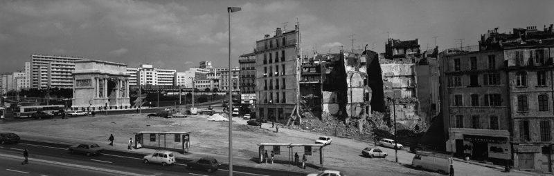 © Holger Trülzsch, 1984. La porte d'Aix, Marseille. La cité phocéenne photographiée en 1984 par Holger Trülzsch, sculpteur, musicien, peintre, photographe et vidéaste, dans le cadre du programme de la « Mission photographique » de la DATAR.