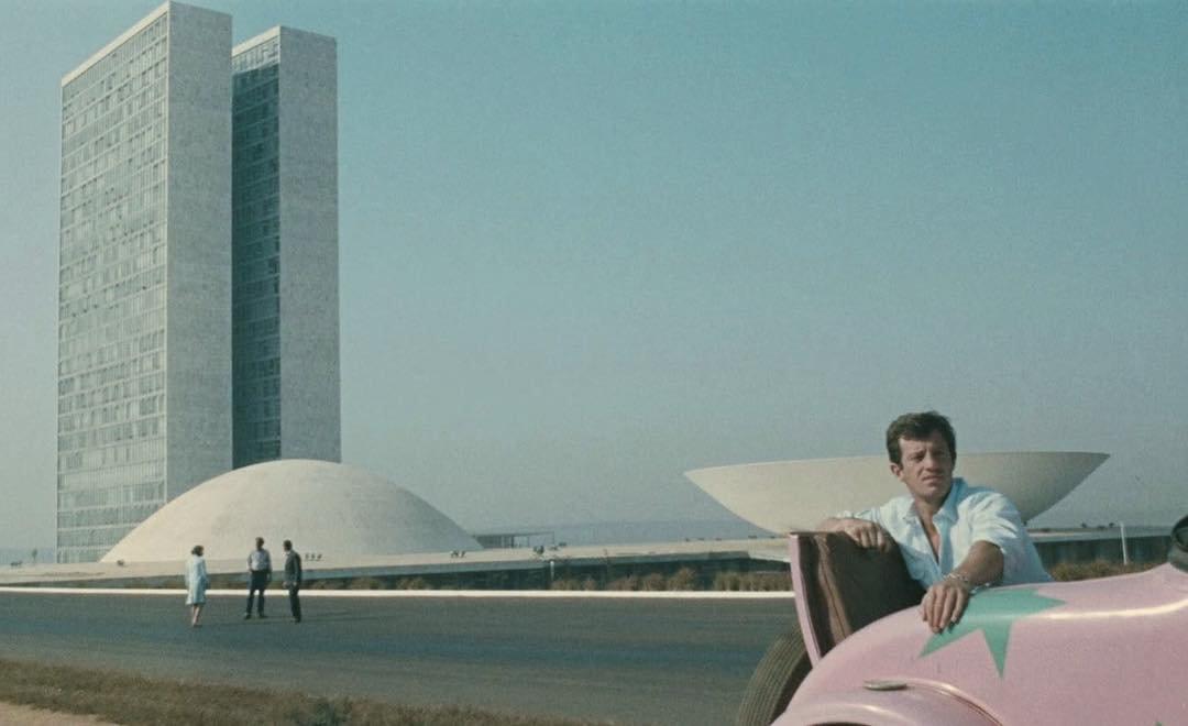 Jean-Paul Belmondo déambule dans le Brasilia de Niemeyer